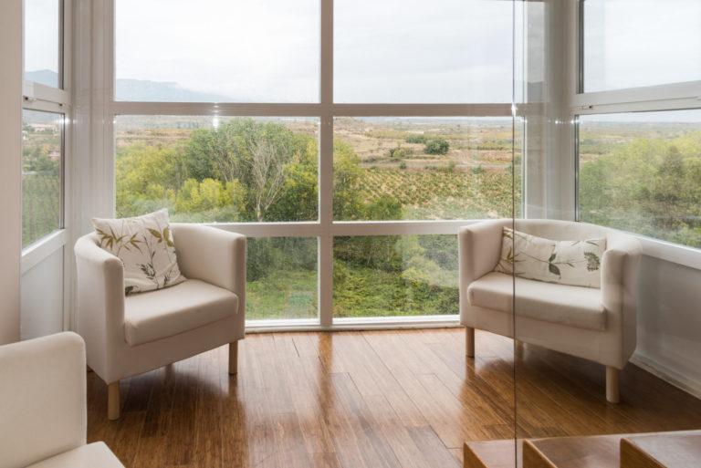 zona de descanso con ventanal y vistas a las viñas