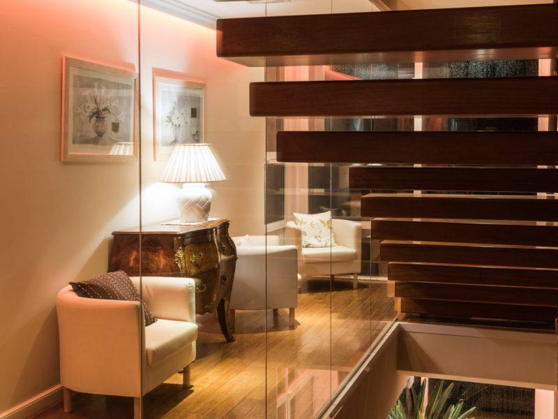 escalera y pasillo con decoración